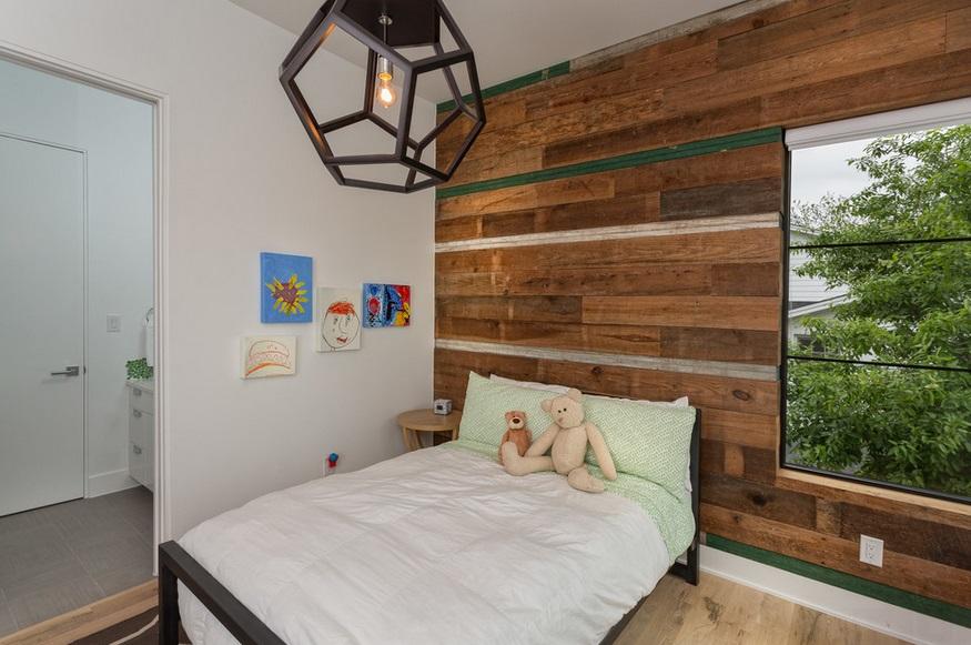Drewniana ściana w pokoju dziecka
