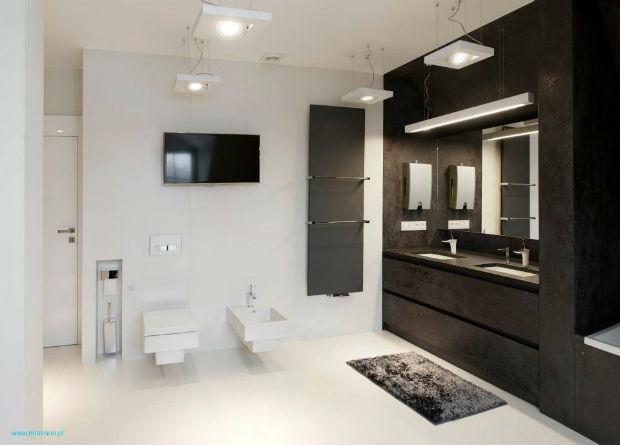 Biała podłoga w łazience