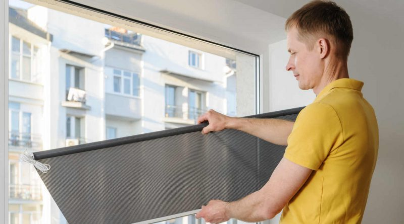 Zabezpiecz mieszkanie przed letnim słońcem. Podpowiadamy, jak zamocować rolety wewnętrzne